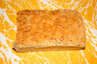 Det hembakta brödet blir allt bättre. Rågsikten är nu kompletterad med både havregryn och linfrö.