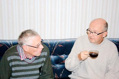 Två av gästerna diskuterar engagerat under fikat.