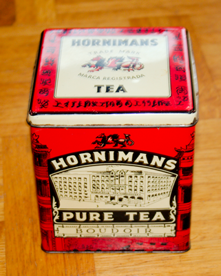 En plåtburk för te.
