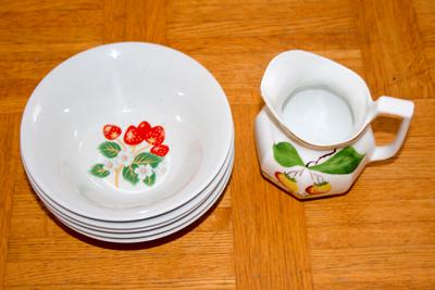 Ännu mer arvegods (skålar och mjölkkanna med bilder av jordgubbar).