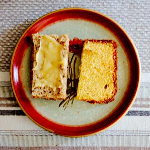Hembakt bröd med honung och apelsinsockerkaka.